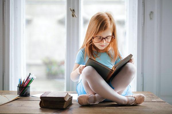 bambina-leggere